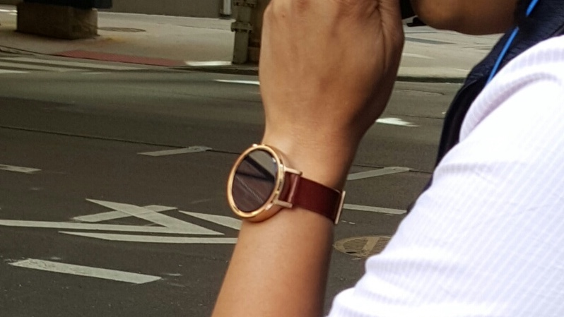 Moto 360 2 snapped in the wild