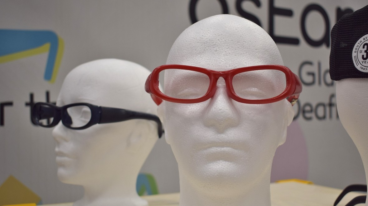 Glasses for tackling single-sided deafness