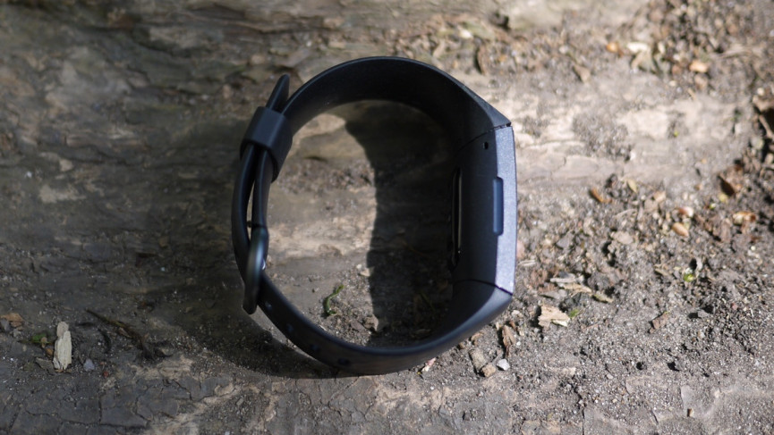 Fitbit Charge 4 perfil lateral