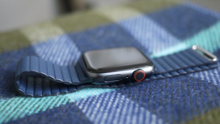 Apple Watch SE from the side showing aluminum materials in grey