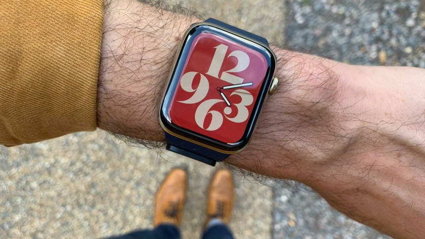 Apple Watch Series 6 in gold with new watch facew
