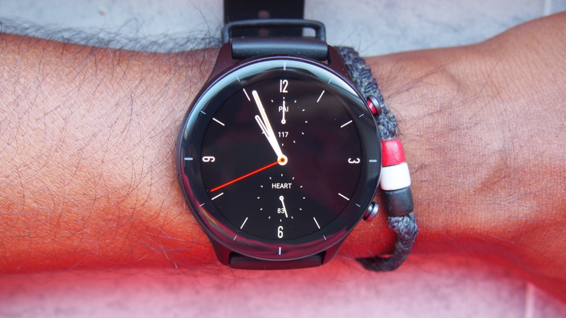 Amazfit GTR 2e shown front on with 2.5D screen